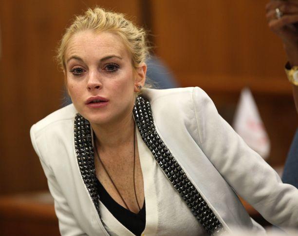 Liki päivälleen kuusi vuotta sitten oikeusistunnossa ollut Lindsay näytti näinkin voipuneelta.