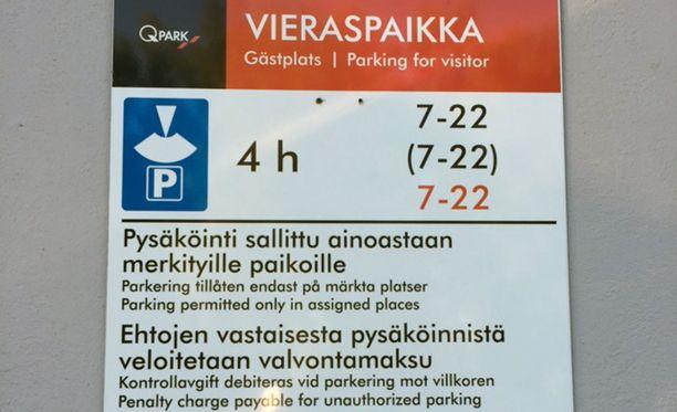 Tämän kyltin perusteella mopoautolle mätkäistiin 60 euron parkkisakko.