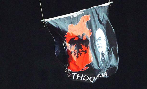 Lennokki kantoi Albanian lipulla ryyditettyä poliittista viestiä.