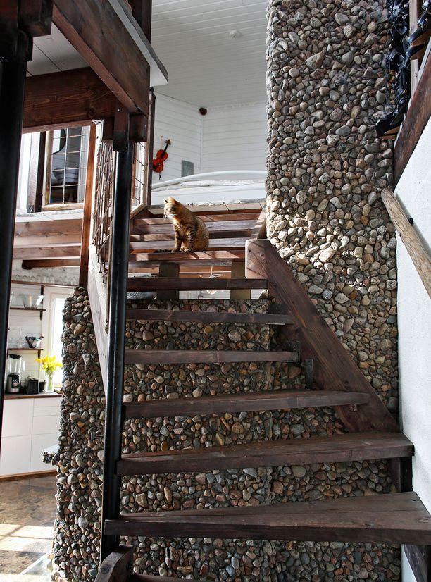 Yläkerran portaat Riikka rakensi kattopalkkien ylijäämäpaloista. Portaat on petsattu ja vahattu harmaatammen värisiksi.