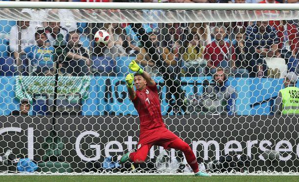 Uruguayn maalivahti Fernando Muslera tunaroi pahasti MM-puolivälierässä Ranskaa vastaan.