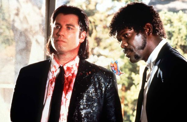 Tältä John Travolta näytti Pulp Fiction -elokuvassa. Oikealla Samuel L. Jackson.