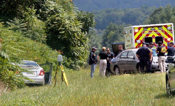 Poliisit seisoivat Vester Flanaganin auton vieressä keskiviikkona.