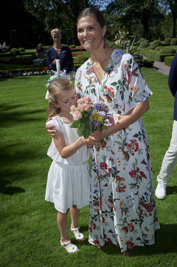 Estelle tuoksutti äitinsä saamaa kukkakimppua.