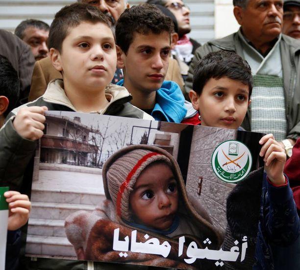 Lapset osoittivat viime viikolla mieltään Madayan pelastamiseksi Kansainvälisen Punaisen Ristin pääkonttorin edessä Libanonin Beirutissa.