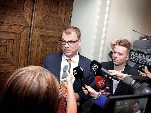 Pääministeri Juha Sipilä ei ole perjantaina etelän median tavoitettavissa Helsingissä, sillä hän on Kainuussa navetan avajaisissa.