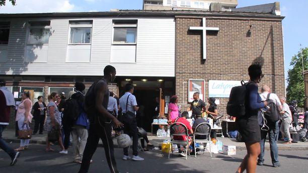 Vapaaehtoiset auttoivat apua tarvitsevia Latymer Community Churchin toimipisteellä.
