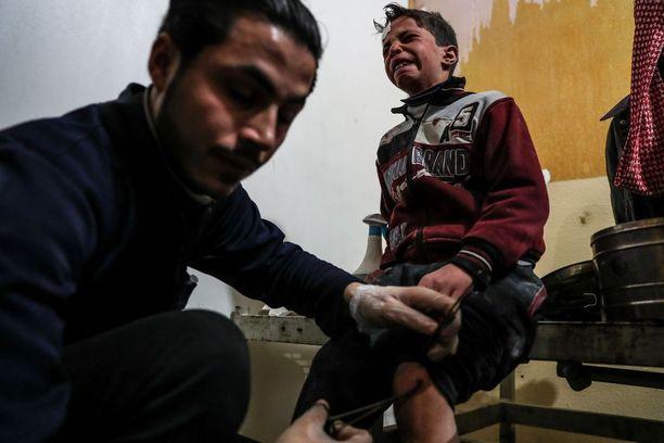 Pommituksessa haavoittunut lapsi sai hoitoa sairaalassa Itä-Ghoutan Doumassa tiistaina.