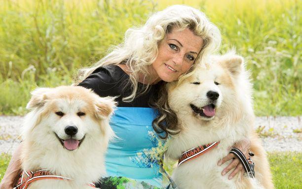 Kike Elomaa muistuttaa, että Suomessa kotieläintuottaja kohtelee eläimiä pääsääntöisesti hyvin.