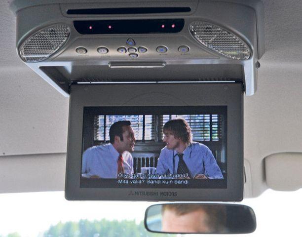 VARUSTEITA Takamatkustajia hemmotellaan vakiovarusteisiin kuuluvalla dvd-soittimella.