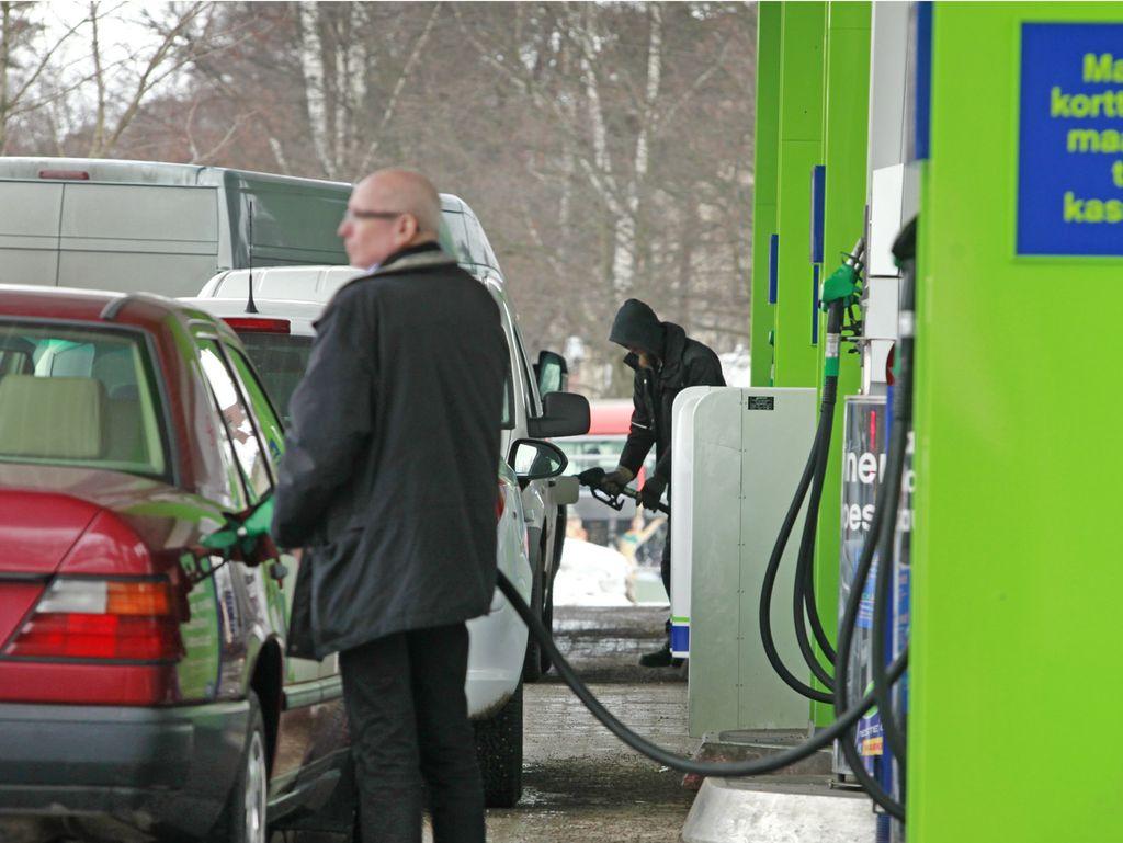 Auton tankkaaminen tuntuu nykyään huomattavasti enemmän lompakossa kuin vuosi sitten.
