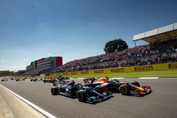 Hamilton ja Verstappen ajoivat rinta rinnan Silverstonessa.