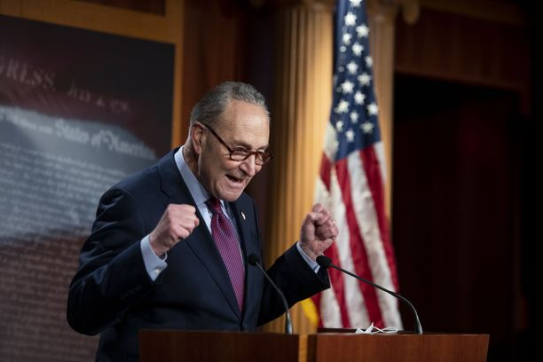 Senaatin enemmistöjohtaja, demokraatti Chuck Schumer juhli paketin läpimenoa äänestyksen jälkeen.