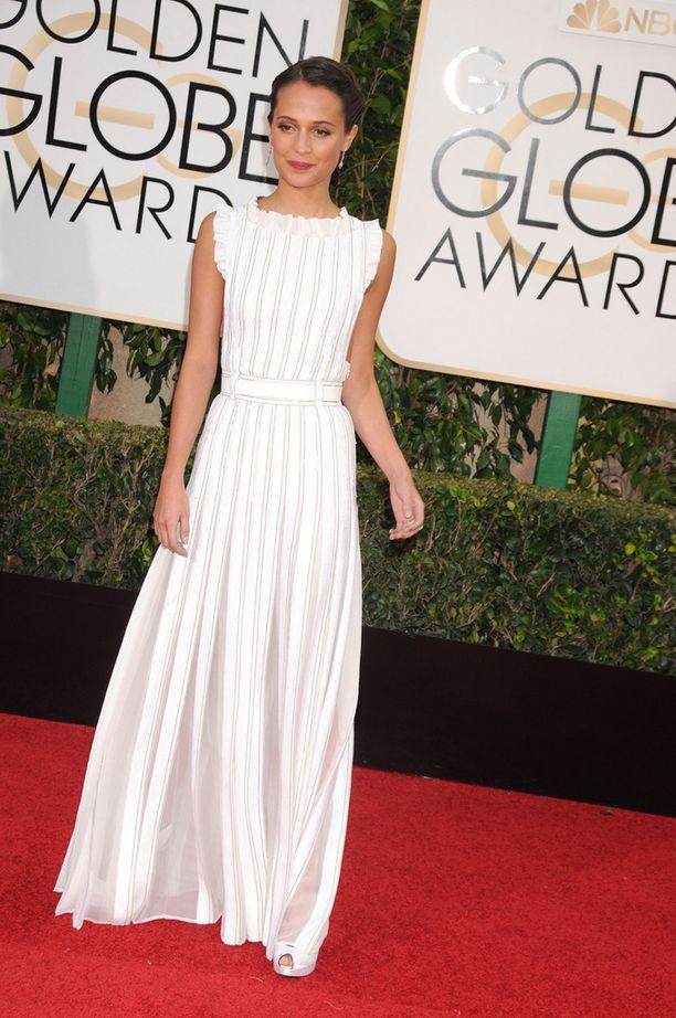 Ruotsalaisnäyttelijä Alicia Vikander on ehdolla kahdessa kategoriassa. Nuori näyttelijä ihastutti raikkaassa valkoisessa puvussa.