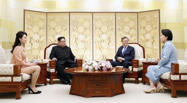 Johtajien lisäksi myös heidän puolisonsa pääsivät tapaamaan toisiaan.