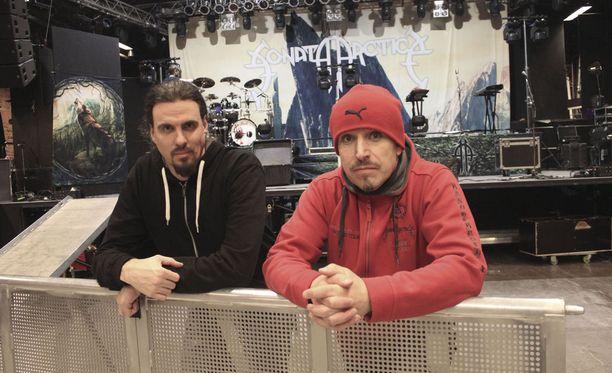 Tampereen Pakkahuoneen keikkaan valmistautuneet Sonata Arctica -miehet Pasi Kauppinen ja Tony Kakko ovat nauttineet Suomen konserteista.