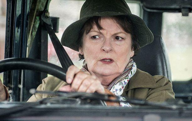 Vera kulkee rikospaikalta toiselle autonrämällään.