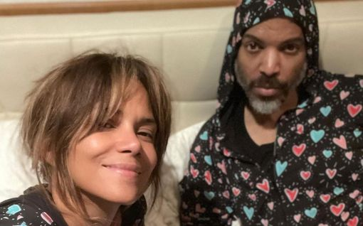 Halle Berry, 54, on umpirakastunut – pyörittää peppua yläosattomissa ystävänpäivävideolla