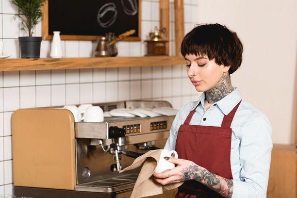 Riippuu työnantajasta ja työtehtävästä, saavatko tatuoinnit näkyä töissä vai eivät. Kuvituskuva.