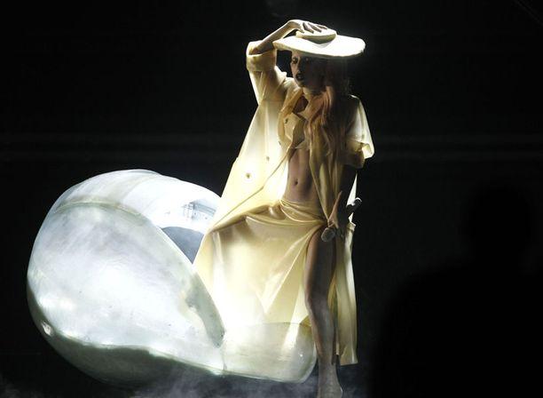 Lady Gaga kuoriutui esityksensä aluksi ja esitti viimeisimmän singlensä Born This Way.