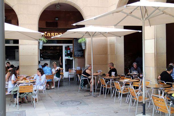 Kahvila Kasparon Angela-tarjoilija kieltäytyi kuvasta. Naisen mukaan muisto iskusta kummittelee hänen mielessään yhä.