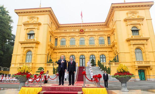 USA:n ja Vietnamin presidentit valtiovierailun seremonioissa.