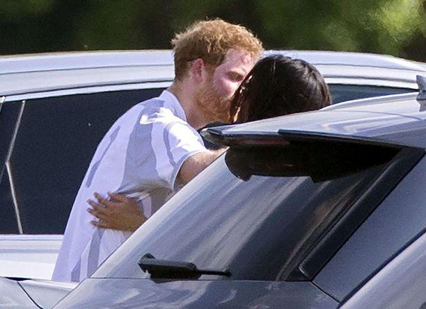 Meghan Markle ja prinssi Harry intoutuivat pussailemaan parkkipaikalla.