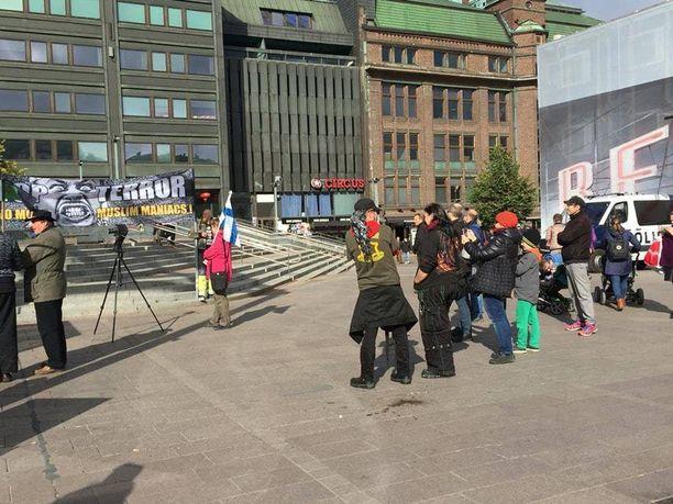 Rajat kiinni -ryhmä osoitti mieltään Narinkkatorin sivustalla lauantaina. Poliisi valvoi mielenosoitusta.