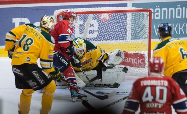 HIFK:n Teemu Eronen nosti kiekon ohi Ilveksen Hannu Toivosen 2-1-voittomaalissa.