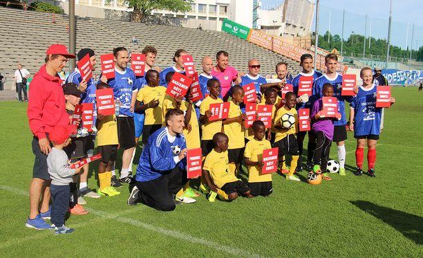 FC Vito ja Liike Friendsin julkisuuden henkilöt näyttivät punaista korttia rasismille.