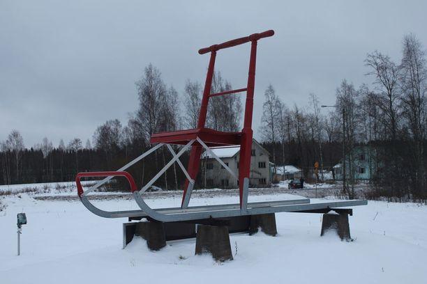 Jättikelkka komeilee E.S. Lahtisen pihamaalla. Järeitä kulkupelejä on valmistettu vain muutamia.