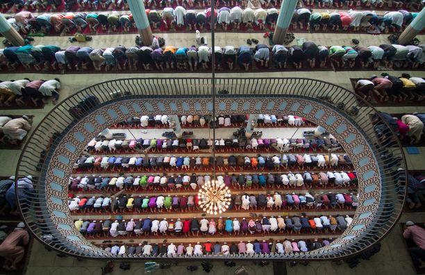 Kolmas kuva todistaa ruuhkaista rukoushetkeä Baitul Mukarram -moskeijassa Dhakassa, Bangladeshissa. Moskeija on maailman kymmeneksi suurin.
