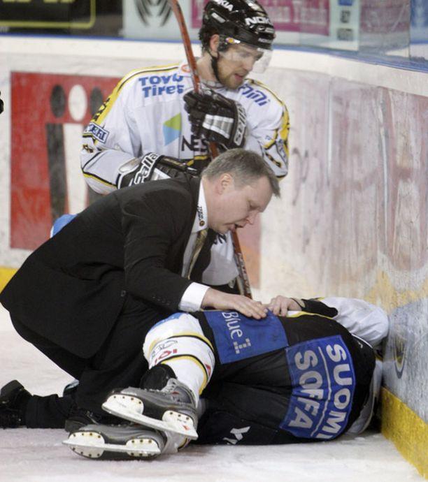 Ilkka Mikkola jäi jäähän Toni Kähkösen taklauksen jäljiltä.