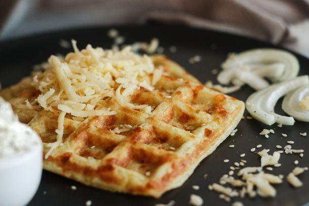 Munakasseosta voi maustaa esimerkiksi juustoraasteella.