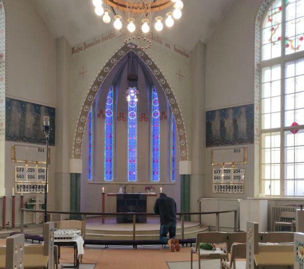 Iranista vainoa paennut Sardar käy Suomessa kirkossa viikoittain, joskus kaksikin kertaa.