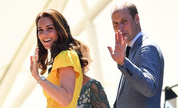 Herttuatar Catherine ja prinssi William seurasivat sunnuntaina Wimbledonin tennisottelua. Catherinen asuvalintaa verrattiin Meghanin viikon takaiseen leninkiin.
