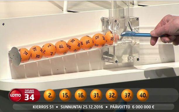 Sunnuntaisen lottoarvonnan lisänumero 10 luiskahti päänumeroiden seuraan vasemmanpuoleiseen palloputkeen.