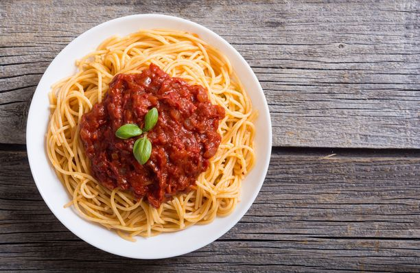 """Kokeile tätä Sofien vinkkiä bolognesekastikkeesta: Paista sipulit pannulla öljyssä. Lisää soijarouhe, vesi sekä kasvisliemikuutio sekaan, sitten tomaattimurska ja mausteita: esimerkiksi chiliä, paprikajauhetta, timjamia ja basilikaa sekä suolaa.""""Tämä on helppo, ravinteikas ja täyttävä ruoka laittaa ruokatermariin, jos on pidempi treenipäivä tiedossa ja sen voi tarjoilla, esimerkiksi riisin tai pastan kanssa."""""""