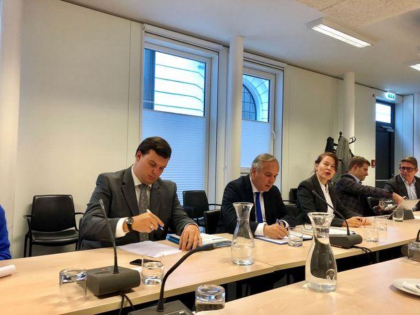"""Walter Rosenkranz (keskellä sinisessä kravatissa) katsoo, että Itävalta voisi """"puolueettomana EU-maana"""" ratkoa Ukrainan kriisiä. Rosenkranzin vieressä tulkki Katja Jääskeläinen."""