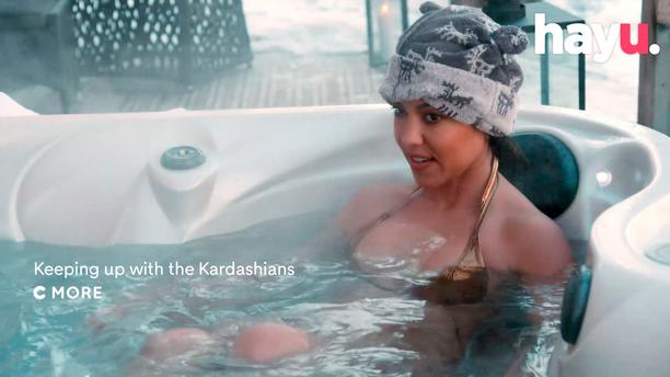 Kourtney Kardashian suomalainen paljuhattu päässään.