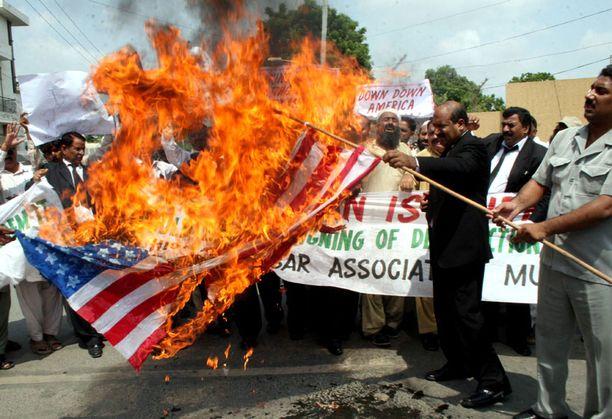 Mielenosoittajat polttivat torstaina USA:n lippua Multan kaupungissa Pakistanissa.