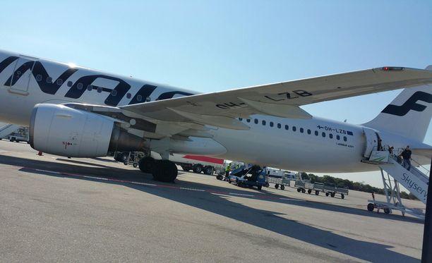 Mallorcalle matkan ostanut aikonut yrittäjä tyrmistyi päätöksestä, ettei hän voinut vatsavaivojen takia päästä Finnairin lennolle. Hän lähti matkaan toisen yhtiön koneella ja vaatii korvauksia Finnairilta. Kuvituskuva.