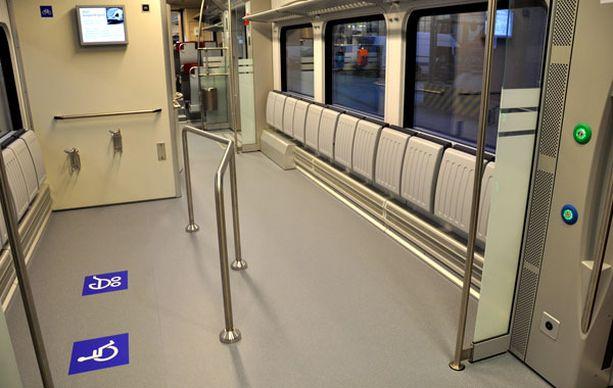Junassa on runsaasti tilaa pyörille, lastenvaunuille ja pyörätuoleille.