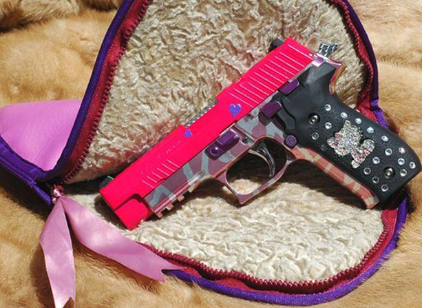 Naisten aseet tehdään käsilaukkuun sopiviksi.