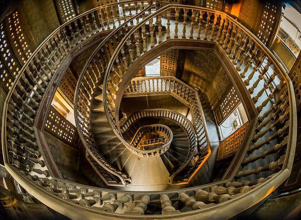 Neljäs kuva voi laittaa pään pyörälle, mikäli kärsii korkean paikan kammosta. Siinä komeilee Kairossa sijaitsevan Paronin palatsin portaikko.