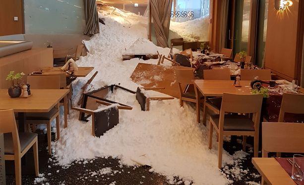 Sveitsissä lumivyöry tuli voimalla päin hotellin ravintolaa Säntiksessä. Kolme ihmistä loukkaantui.