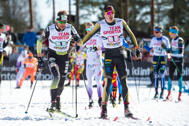Iivo Niskanen ja Perttu Hyvärinen (vas.) voittivat parisprintin SM-kilpailun Äänekoskella.