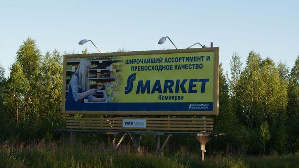 Rajan läheisyys näkyy muun muassa mainoskylteissä.