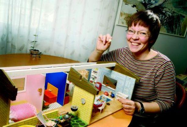 Riikamaria Paakkunainen tekee nukkekodin minikirjoja jopa myyntiin. Kahden lapsen äidillä on aikaa öisin ja aamun varhaisina tunteina.