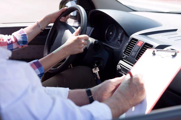 Uudenmaan Autokouluyhdistys esitti hintasuosituksia autokouluille ja Porvoossa toimivat autokouluyrittäjät harjoittivat hintakartellia. Kilpailu- ja kuluttajavirasto sai vihdoin riittävät näytöt autokoulualalta.